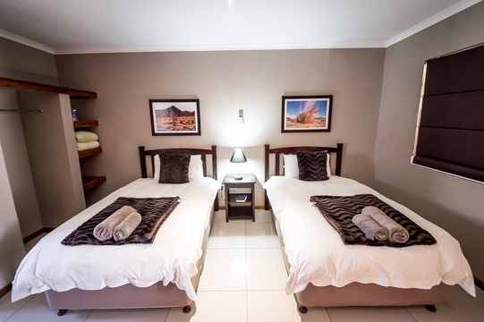 The twin rooms has 2 x 3/4 beds and one bathroom with shower.